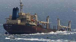 Barco de bandera panameña medio sumergido
