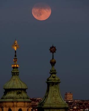 La superluna en Praga