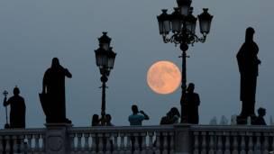 La superluna en Skopje