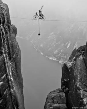 O norueguês Eskil Ronninghbakken descreve a sua arte perigosa como o equilíbrio entre a vida e a morte