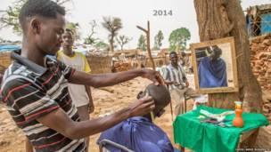Kinyozi katika kambi ya Khamsa Dagiag iliyoko Darfur