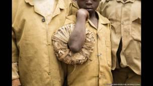 रवांडा के मुसांज़े जिले के मुहोज़ा गाँव के एक स्कूल में बच्चे