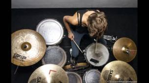 Foto de una persona tocando la batería, por Florian Beaudenon