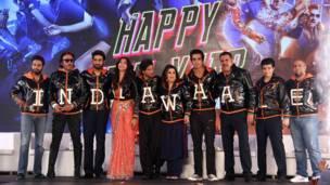 'हैप्पी न्यू ईयर' फिल्म के कलाकारों के साथ निर्देशक फराह खान