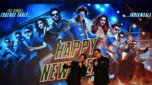 'हैप्पी न्यू ईयर' फिल्म के कलाकार शाहरुख खान और बोमन ईरानी