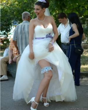 Женщина с подвязкой на ноге