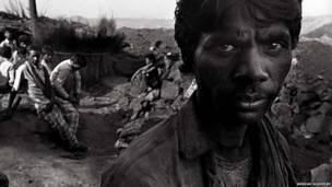 Mineradores trabalham em condições difíceis para escavar o carvão na Índia.