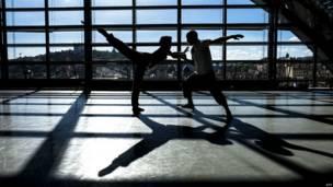 फ्रांस के ल्यों में एक नृत्य फ़ेस्टिवल के लिए रिहर्सल करते नर्तक