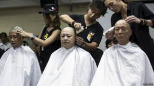 """""""占领中环""""运动发起人陈健民(左)、戴耀廷(中)和朱耀明(右)在记者面前让发型师削发(9/9/2014)"""