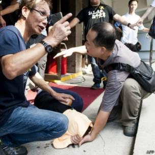 「佔領中環」運動削髮儀式會場外一名志願者暈倒地上(9/9/2014)
