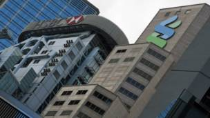 匯豐銀行香港總行大樓(左)與香港渣打銀行大廈(右)