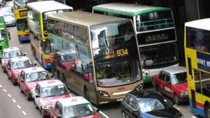 蘇格蘭制雙層巴士在中環幹諾道中等候交通燈號
