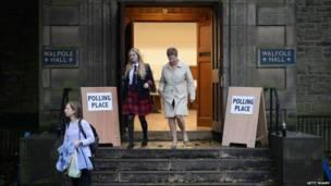 Школьницы покидают избирательный участок