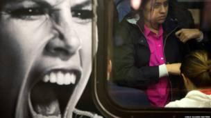 न्यूयॉर्क के मैनहट्टन इलाक़े में भूमिगत ट्रेन में सवार एक महिला