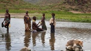 तुरकाना झील के तट पर रहने वाले तुरकाना जनजाति के लोगों की जिंदगी