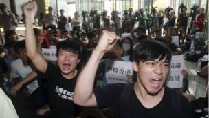 Daliban Hong Kong dana Taiwan masu zanga zanga sun yi rera wakokin goyan bayan demokradiya dake faruwa a Hong Kong