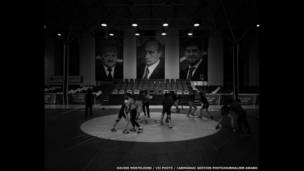 Борцы под потртретами Ахмада Кадырова, Владимира Путина и Рамзана Кадырова