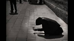 ए डिस्टैंट सिलहुट, वेनिस की सड़क पर भीक माँगती महिला