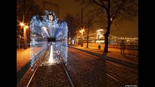 बुडापेस्ट की दानुबे नदी के किनारे स्थित क्रिसमस ट्राम, स्ज़ैबोल्कस सिमो