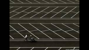 सड़क की रेखाओं को रंगता हुए आदमी, एंटोनियो हर्नैंडिज़ सैनटाना
