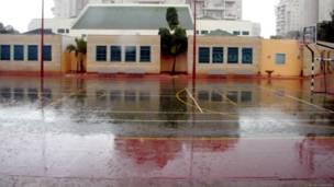 школьный двор во время дождя