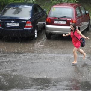 Девушка бежит под дождем