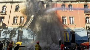 पेरु में दोस दी मेयो स्क्वॉयर पर एक इमारत में आग