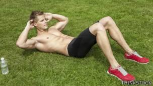 Joven haciendo ejercicios abdominales