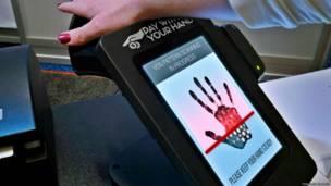 O argentino Fernando Barbella quer gerar um debate sobre o impacto da tecnologia com a página 'Placas de um futuro próximo' (Fernando Barbella)