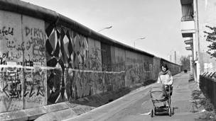 Mujer con coche en Berlin Occidental