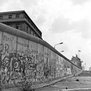 Vista del muro y puerta de Brandenburgo