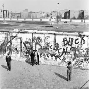 Turistas se fotografían en Berlín occidental
