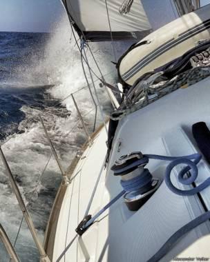 на яхте во время шторма около острова Родос в Греции
