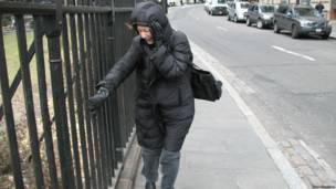 Это ветер в Нью-Йорке, при подходе к парому. Там срывает всех...