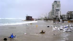 Штормовой ветер на пляже Средиземного моря в Тель-Авиве