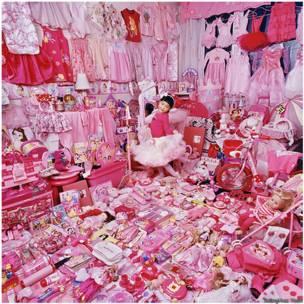 Fotógrafa retrata crianças em seus quartos para debater o efeito do marketing sobre a preferência por cores de meninos e meninas (JeongMee Yoon)