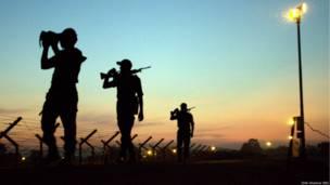 भारत-बांग्लादेश सीमा पर पहरा देता भारतीय सैनिक