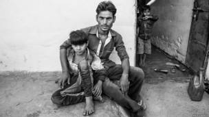 Gas Mian y su hijo de siete años, Faran Mian. Fotografía de Nazes Afroz.