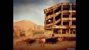 गोलियों से छलनी एक इमारत, सिमोन नॉरफॉल्क