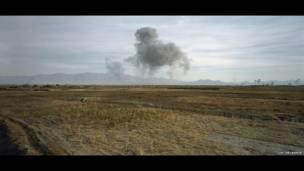 तालिबान ठिकाने पर अमरीकी बमबारी. साभारः लुक डेलाहये और गैलरी नथाली ओबाडिया, पैरिस/ब्रक्सेल्लेस