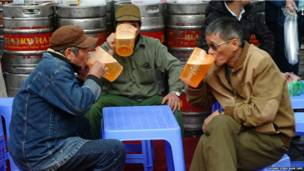 वियतनाम, हनोई, बीयर पीते लोग