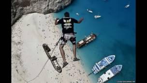 پرش لوکاس میچال از صخره های مشرف به ساحل ناواجیو در یونان.