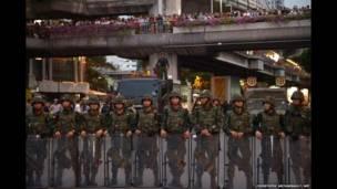 Soldados tailandeses controlam uma rua após um protesto anti-golpe no  Victory Monument em Bangkok em 26 de maio de 2014