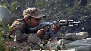 Um soldado paquistanês toma posição do lado de fora da escola