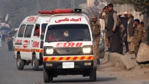 Ambulâncias transportam os feridos para hospitais próximos da escola militar