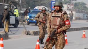 Soldados do Exército paquistanês vigiam as cercanias do colégio militar