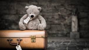 Плюшевый медведь на чемодане