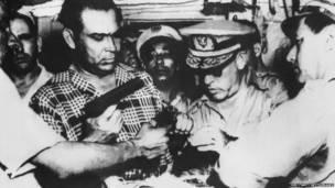 Батиста проверяет оружие, захваченное в результате неудачного переворота. 1953 год.