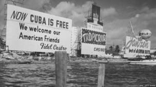 Рекламная вывеска на набережной Майами.