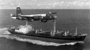Американский самолет пролетает над советским грузовым кораблем. 1962 год.
